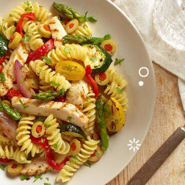 Saludable y deliciosa: Ensalada de pasta, vegetales y pollo a la parrilla